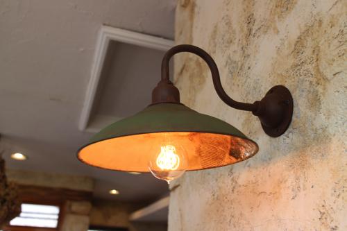 インダストリアルライト グリーン系英字新聞加工 D型【送料無料】1点もの ブラケットライト 室内照明 壁掛けライト ブラケット照明 屋外照明 照明 LED アンティーク 玄関照明 おしゃれな照明 ガーデンライト