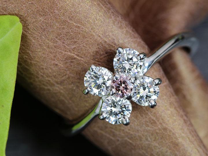 ★クーポンで40%OFF対象★ピンクダイヤモンド0.06ct FANCY PINK 明瞭であでやかなピンク 大粒ダイヤ4石0.54ct シンプルデザイン PT900 プラチナ リング・指輪 1点もの ソーティング付/Ycollectionワイコレクション/送料無料