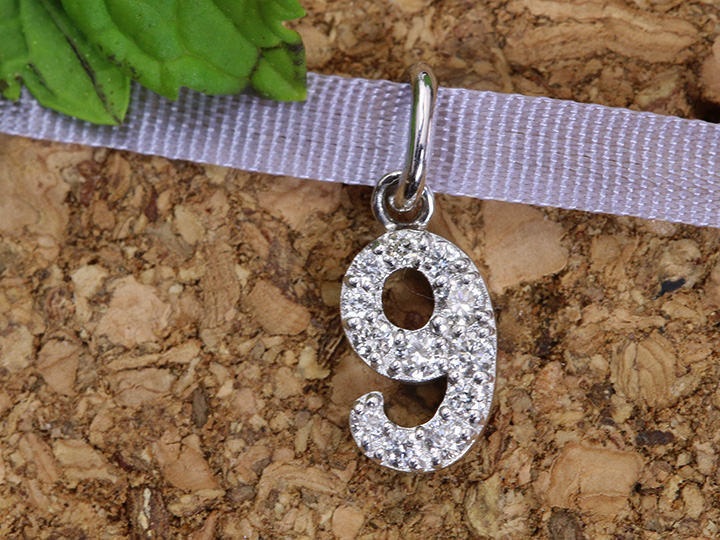 【ギフト応援プライス】人気のナンバージュエリー 数字 No.9 K18WGペンダントトップ びっしり質の良いダイヤが煌く 作り良好 (各地金素材対応可能)受注品/Ycollectionワイコレクション/送料無料