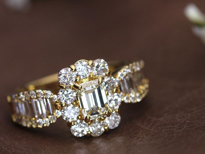 ★クーポンで40%OFF対象★吸い込まれる透明度 エメラルドカットダイヤモンドM VS1 0.624ct&周囲ダイヤ1.28ct 合計約2カラットの豪華K18YGリング 指輪 1点もの/Ycollectionワイコレクション/送料無料