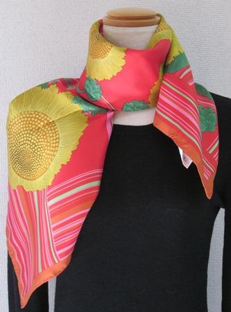 日本製シルク100%スカーフ職人技が光る逸品 横浜でプリントされたレディーススカーフ 元気が出る花 ひまわり柄 レッド/オレンジ