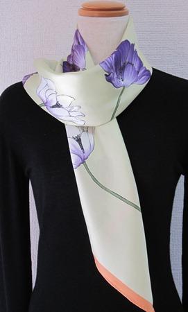 日本製シルク100%スカーフ職人技が光る逸品 横浜でプリントされたレディーススカーフ シンプルで清楚な花アネモネ柄グリーン/オレンジ