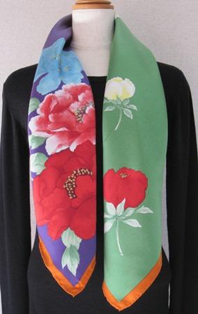 日本製シルク100%スカーフ職人技が光る逸品 横浜でプリントされたレディーススカーフ 艶やか花 シャクヤク柄 ムラ/アカ/濃いオレンジ
