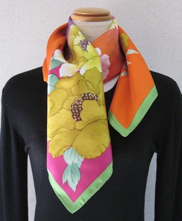 日本製シルク100%スカーフ職人技が光る逸品 横浜でプリントされたレディーススカーフ 艶やか花 シャクヤク柄 フィッシャピンク/イエロー/キグリーン
