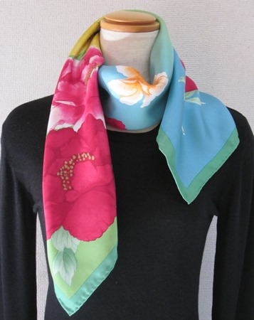 日本製シルク100%スカーフ職人技が光る逸品 横浜でプリントされたレディーススカーフ 艶やか花 シャクヤク柄 グリーン/ローズピンク/グリーン