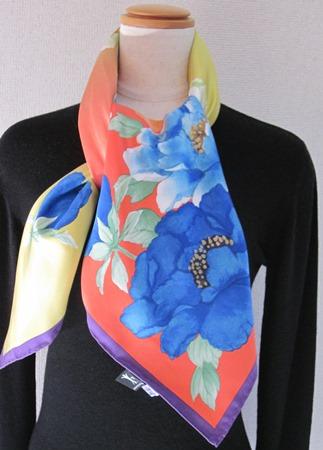 日本製シルク100%スカーフ職人技が光る逸品 横浜でプリントされたレディーススカーフ 艶やか花 シャクヤク柄 オレンジ/濃いブルー/ムラサキ