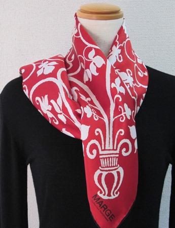 日本製シルク100%スカーフ職人技が光る逸品 横浜でプリントされたレディーススカーフアンティーク更紗柄 地色レッド、柄色ホワイト、ヘム色ブラック