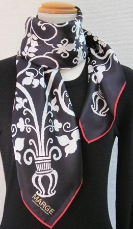 日本製シルク100%スカーフ職人技が光る逸品 横浜でプリントされたレディーススカーフ アンティーク更紗柄 地色ブラック、柄色ホワイト、ヘム色レッド