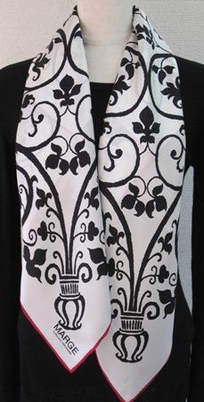 日本製シルク100%スカーフ職人技が光る逸品 横浜でプリントされたレディーススカーフ アンティーク更紗柄 地色ホワイト、柄色ブラック、ヘム色レッド