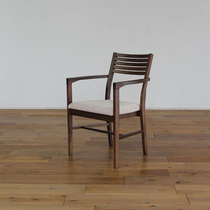 LIVWOOD商品名| トーラス ダイニングチェア アームタイプカラー| ブラウン ウォールナットサイズ| 幅 520 奥行 540 高さ 800 mm生産国| 国産 日本製張り地| Aランク北欧 肘付き 食卓椅子本体価格/41,400円(税抜き)