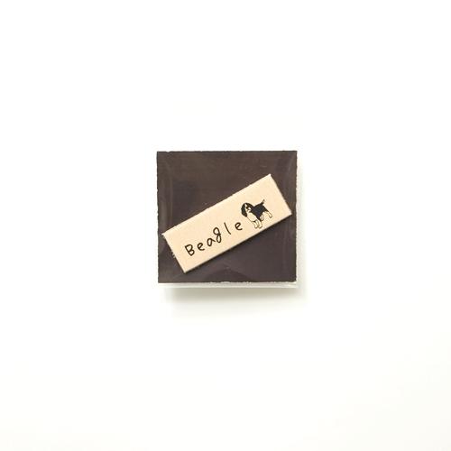 焦がし革タグ ビーグルa  ヌメ・ブラウン・ホワイト 15mm×43mm