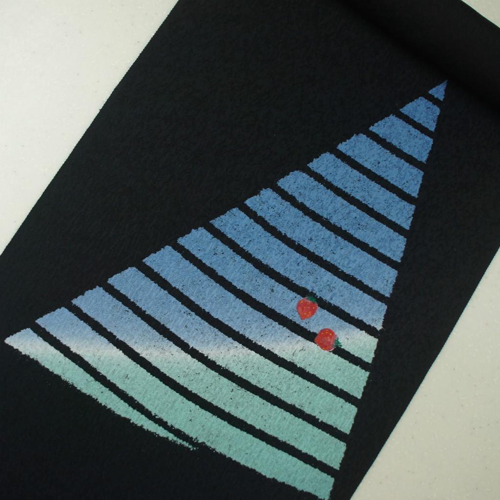 正絹紋意匠ローケツ染帯 黒地 吹雪 イチゴ 染帯
