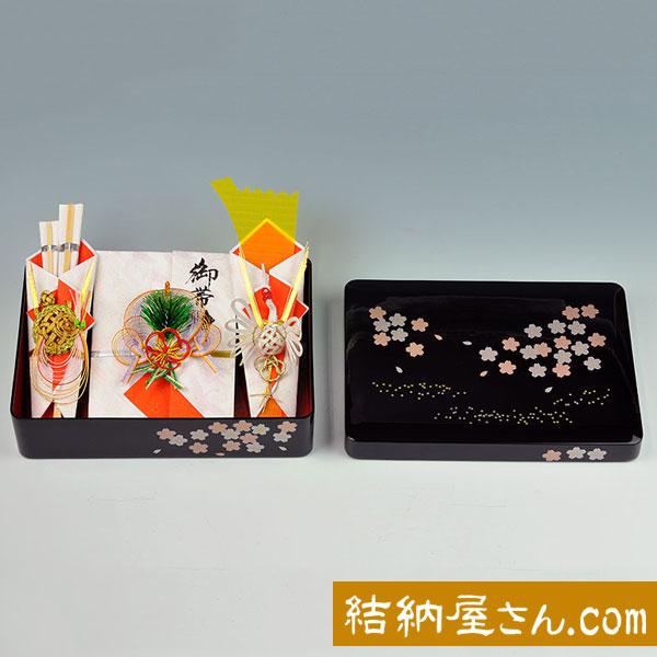 【お買い得! 送料無料】人気の塗箱のシリーズに可愛らしい桜の柄が登場です。木質樹脂製の塗箱は厚みがあり、重厚感を感じさせます。 結納セット(略式)- 桜花(おうか)セット
