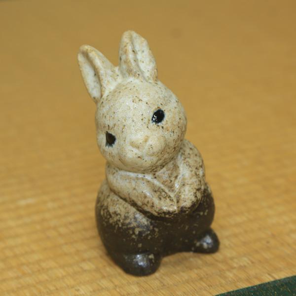 信楽焼きの福を呼ぶ可愛らしいウサギちゃんです。 置物:信楽焼き ちびうさぎ 5号 *お選びください
