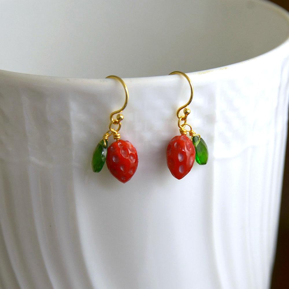濃い血赤サンゴの苺と緑のダイオプサイトのピアス