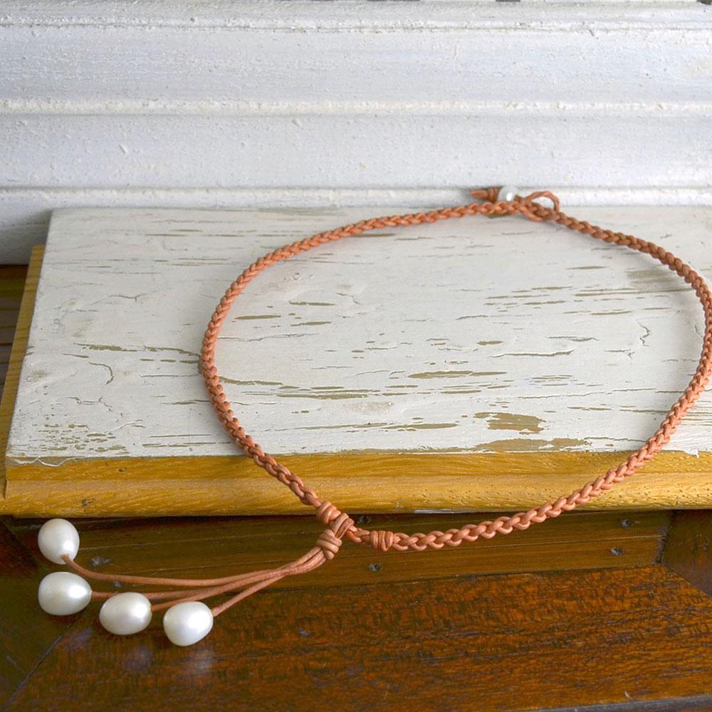 淡水真珠・革ひも四つ編みネックレス