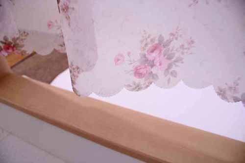 薄地ボイル生地にバラ柄のプリント小窓カフェカーテン145×75cmガーデンローズカフェ14408naru<カフェカーテン 人気 小窓 出窓 目隠し カーテン インテリア トイレカーテン>