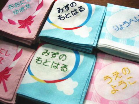 キッズのハンカチーフイニシャル ハンカチ 超目玉 名入れ ギフト 刺繍 包装 子供 キッズ 名前 卒園記念品 薄手 流行のアイテム 日本製 御祝