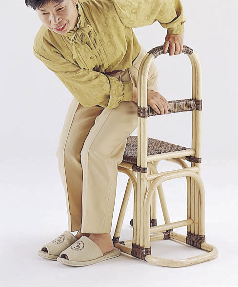 籐 ステッキチェアー 194【すぐ使えるクーポン進呈中】立ち上がりが断然ラクちん♪ Y31 ステッキ機能付き籐椅子軽量らくらく移動いす一人掛け1p籐製座椅子籐家具北欧ラタンチェアシルバー用品杖機能付きイス