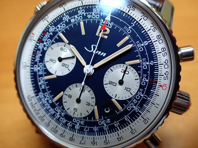 ジン 腕時計 SINN 903.ST.AUTO.BE.Lインナーベゼルに刻まれているスケールで速度、距離、燃料消費、上昇および下降速度をはじめマイルやキロへの換算ができる回転計算尺を搭載しています