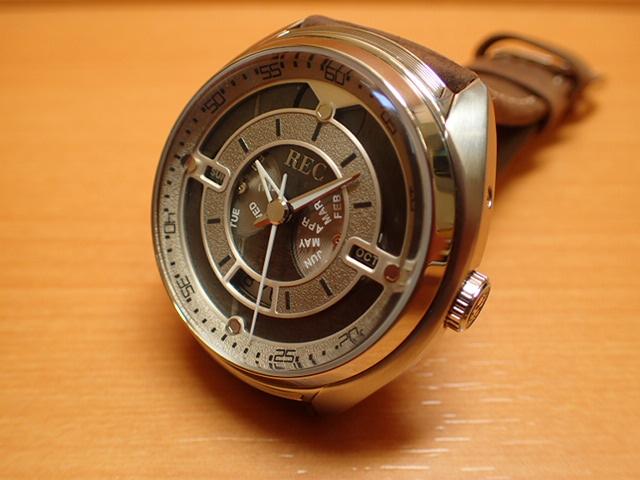 """ポルシェ 911 の車体から作られた 腕時計 THE 901-02 REC WATCH腕に着ける""""ポルシェ 911"""""""