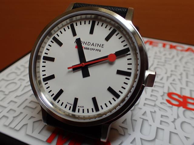 モンディーン 腕時計 ストップ・トゥ・ゴー Stop2go MST.4101B.LB 駅の時計すべてが同じ時刻を示すために、列車のより正確な運行を実現するために考えられた、世界で唯一の非常にユニークな機能です。