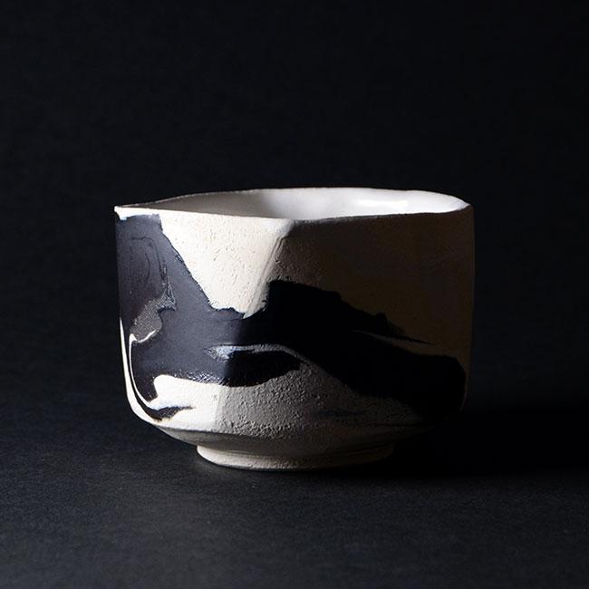 墨が舞う美しい一瞬を捉えた現代のモダン抹茶碗デザイン 共箱付 彩墨流茶碗 -白黒- 作家 5☆大好評 JS-634 上等 瀬津純司