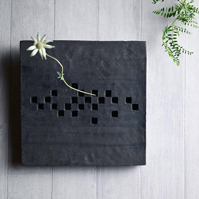 黒土壁掛花器