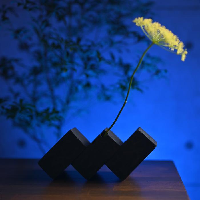 インテリアにもなる花器でどんな空間もモダンに 黒土花器