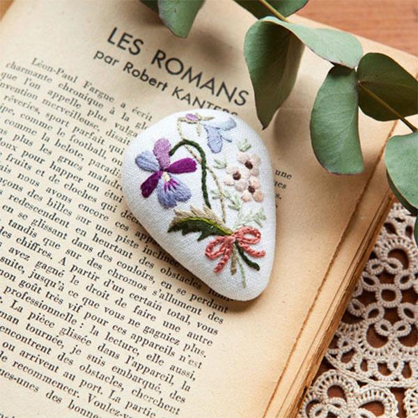 セール 登場から人気沸騰 初心者の方にも安心の作り方説明書付き ノスタルジックなお花のブローチです Piece ピース 刺しゅうキット bouquet 迅速な対応で商品をお届け致します Rairaiさんのノスタルジックフラワー刺しゅうキット Violet ブローチ