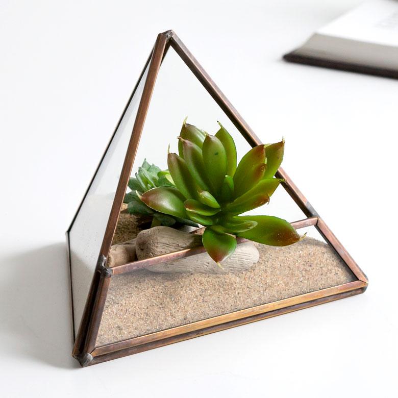 憧れの西海岸ビーチハウスインテリアに テラリウム ガラスボックス ガラスケース 容器 三角形 売れ筋 トライアング 小物収納 ディスプレイケース トライアングル ガラスと真鍮でできた三角形のテラリウム 買い物 63100 小物入れ