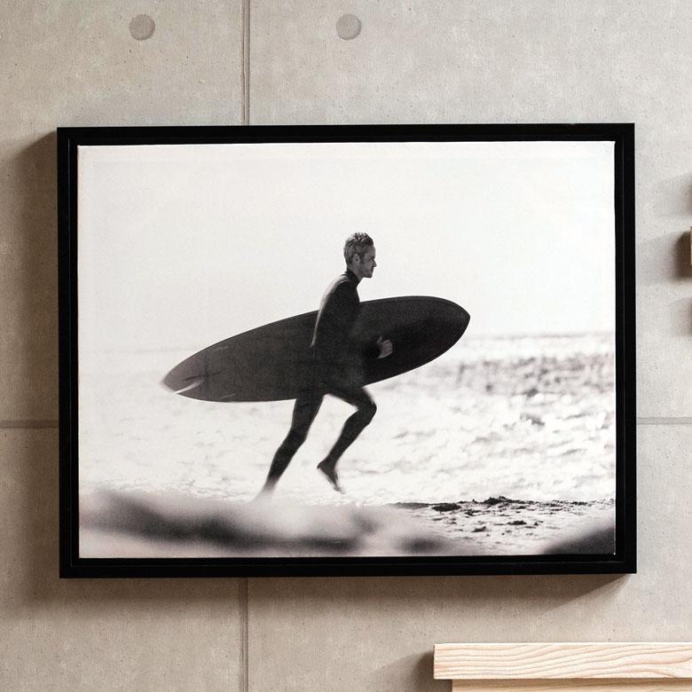 アートフレーム モノクロ サーフボード 海 人 海外 壁掛け ブラックフレーム付き 絵画 白黒写真 アートボード インテリア おしゃれ 西海岸 サーフィン surfing surfin surfer 部屋 アートパネル サーファー フォト 額入り モノトーン マリン アートポスター 66720 写真 71×56cm プリント 壁面 ウォール 波 寝室 キャンバス 壁飾り ビーチ アート タイムセール 絵 デコ 入荷予定 リビング 雑貨