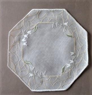 八角形のやさしい刺繍レース レースドイリーウィンドック 新作販売 20cm プラウエナーレース 八角形 淡い色合いの上品な花柄の刺繍レースソフトな色合いなので何を置いても邪魔にならない使いやすいレースドイツ 公式