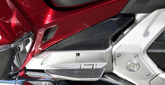 GL1800 ゴールドウイング(18年) タンデムステップサイドカバー(左右セット)/綾織りカーボン製 MAGICAL RACING(マジカルレーシング)