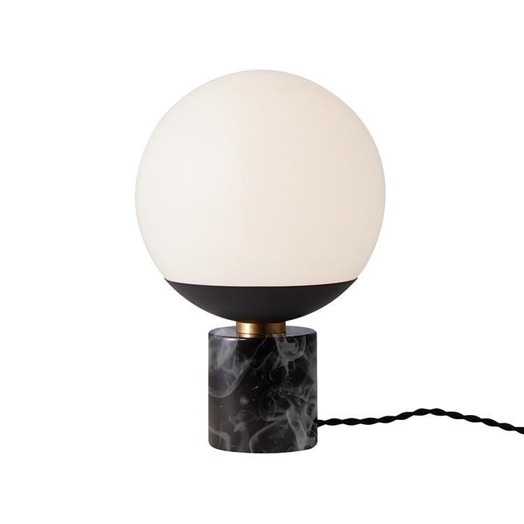 球状のガラスグローブが放つ柔らかなしっとりとした光と 真鍮や大理石との素材のマッチングがとてもシックな印象 artworkstudio ア-トワークスタジオ Groove-table lamp BKグルーブテーブルランプ 灯り 照明 スピード対応 全国送料無料 ブラック+ブラック卓上ランプ 通販 BK
