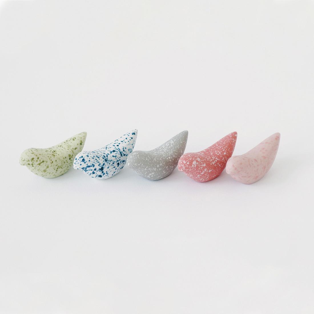 出色 鳥の形をした小石のような箸置きは 一つ一つ手作りで 表面に施された模様もそれぞれ 飾りたくなるような愛らしさです MOHEIM BIRDY 贈り物 PEBBLES 箸置き ギフト プレゼント 価格