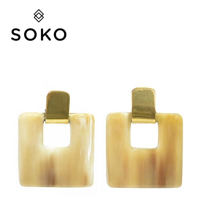 【待望の最新作】≪SOKO≫ ソコ水牛 ホーン 角 スクエア 四角 プレート ゴールド ベージュ ナチュラル スタッズ ピアス Square Earrings (Gold/Natural)【レディース】